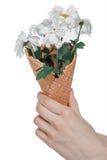 Il punto di vista parziale della tenuta della mano fiorisce il mazzo in cono gelato Fotografia Stock