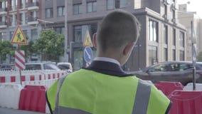 Il punto di vista posteriore del ragazzino che rimuove un casco, graffia la sua testa e mette sopra un casco Concetto dell'archit video d archivio