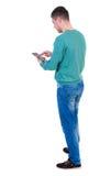 il punto di vista posteriore dell'uomo di affari utilizza il telefono cellulare fotografia stock