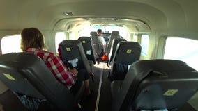 Il punto di vista di POV di una persona che si imbarca su un piccolo aereo per sorvolare il Nazca allinea, il Perù video d archivio