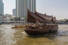 Il punto di vista scenico di Chao Praya River a Bangkok compreso il crogiolo di coda lunga ed il fiume rullano fotografia stock
