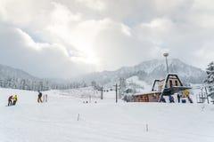 Il punto di vista scenico di piccola gente gioca lo sci in montagna della neve, Washington Immagine Stock Libera da Diritti