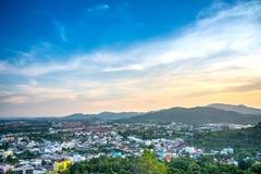Il punto di vista sulla collina vede alla città nel tramonto, phuket Tailandia di phuket immagini stock libere da diritti