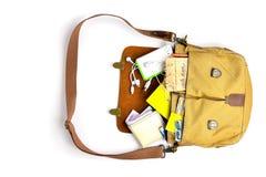 Il punto di vista superiore degli uomini insacca con gli elementi essenziali per il giovane moderno borsa di cuoio, smartphone, b Fotografie Stock Libere da Diritti