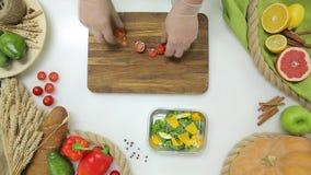 Il punto di vista superiore del capo passa le verdure e la frutta di taglio, facenti Stile di vita sano, alimento di dieta archivi video