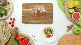 Il punto di vista superiore del capo passa le verdure e la frutta di taglio, facenti Stile di vita sano, alimento di dieta stock footage