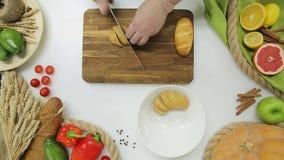 Il punto di vista superiore del capo passa il pane di taglio Stile di vita sano, alimento di dieta archivi video