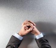 Il punto di vista superiore dell'uomo d'affari controllato anonimo passa l'espressione la riflessione o della pazienza Immagine Stock Libera da Diritti