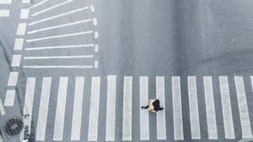 Il punto di vista superiore della gente cammina sulla strada trasversale pedonale della via in ci Fotografie Stock Libere da Diritti