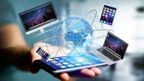 Il punto di vista di un uomo d'affari che tiene un computer ed i dispositivi ha visualizzato la o Fotografia Stock Libera da Diritti