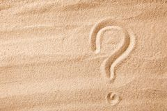 Il punto interrogativo è sabbia dipinta sulla sabbia Simbolo della scelta e del dubbio immagini stock