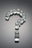 Il punto interrogativo si è formato dai cubi di ghiaccio Fotografie Stock