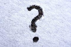 Il punto interrogativo sulla finestra dell'auto della neve fotografie stock libere da diritti