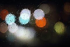 Il punto luminoso sul vetro bagnato Città di notte Fotografie Stock