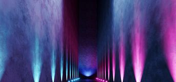 Il punto porpora blu d'ardore della galleria della stanza del neon vuoto scuro lungo enorme del garage accende la manifestazione  royalty illustrazione gratis