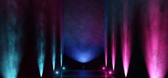 Il punto porpora blu d'ardore della galleria della stanza del neon vuoto scuro lungo enorme del garage accende la manifestazione  illustrazione di stock