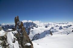 Il punto Rebuffat di osservazione e del picco alla montagna completa la stazione di Aiguille du Midi in alpi francesi Immagini Stock