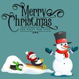 Il pupazzo di neve in black hat ed i guanti, sciarpa rossa legata intorno al collo, naso dalla carota, pinguini guidano dalla col Illustrazione di Stock