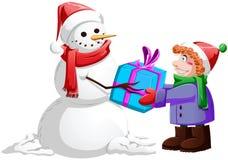 Il pupazzo di neve di natale dà il presente al ragazzo Fotografie Stock