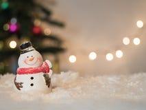 Il pupazzo di neve gradevolmente da sorridere celebra su fondo leggero Fotografie Stock