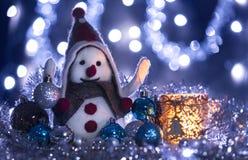 Il pupazzo di neve 7 ha portato le palle di Natale fotografia stock