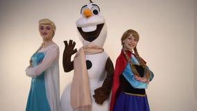 Il pupazzo di neve ondeggia la mano accanto alle principesse ed al sorriso, movimento lento archivi video