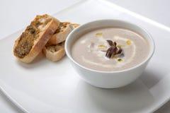Il purè della minestra si espande rapidamente in un piatto bianco profondo Immagini Stock Libere da Diritti