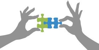 Il puzzle delle mani raduna la soluzione Fotografia Stock Libera da Diritti