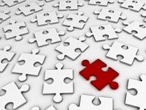 Il puzzle di puzzle rosso si leva in piedi fuori dalla folla Fotografie Stock Libere da Diritti