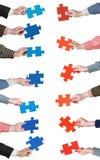 Il puzzle rosso e blu collega in mani della gente Immagini Stock