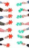 Il puzzle rosso e verde collega in mani della gente Immagini Stock Libere da Diritti
