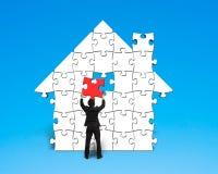 Il puzzle rosso ultimo di montaggio nella casa modella illustrazione di stock