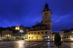 Il quadrato del Consiglio durante la pioggia in Brasov, Romania Vista con fam fotografie stock libere da diritti