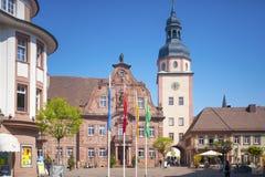 Il quadrato del mercato con il municipio ed il municipio si elevano in Ettlingen Immagine Stock