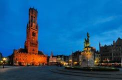 Torre entro la notte - Bruges, Belgio del campanile Immagini Stock Libere da Diritti
