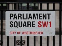 Il quadrato del Parlamento firma dentro Londra immagine stock