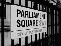 Il quadrato del Parlamento firma dentro Londra in bianco e nero fotografia stock