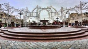 Il quadrato del teatro s di Bolshoi e le fontane circondati dalle decorazioni e dalla luce di Natale Immagini Stock Libere da Diritti