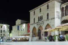 Il quadrato della gente alla notte spaccatura La Croazia fotografia stock libera da diritti