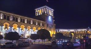 Il quadrato della Repubblica a Yerevan nella sera Torretta di orologio Illuminazione della costruzione Fotografie Stock