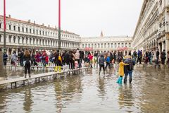 Il quadrato di San Marco a Venezia si è sommerso dall'alta marea Fotografia Stock