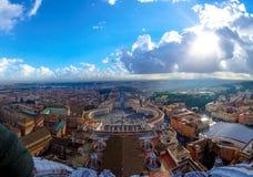 Il quadrato di St Peter sul cielo nuvoloso, Vaticano Italia immagini stock