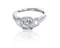 Il quadrato e lo smeraldo moderni hanno tagliato l'anello di diamante di pietra di stile di alone tre Fotografia Stock Libera da Diritti