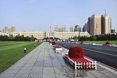 Il quadrato nella mattina ealry, Dlian, Cina della gente Immagini Stock