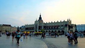 Il quadrato principale ammucchiato nella sera, Cracovia, Polonia archivi video