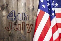 il quarto luglio, la festa dell'indipendenza degli Stati Uniti, posto da annunciare, fondo di legno, bandiera americana Fotografia Stock Libera da Diritti
