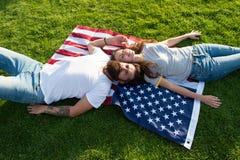 il quarto luglio Tradizione americana Storia dell'America Gente patriottica americana Coppie americane che si rilassano sulla ban fotografia stock libera da diritti