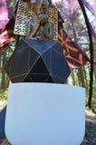 Il quarzo Crystal Singing Bowl davanti a altera la statua Immagine Stock Libera da Diritti
