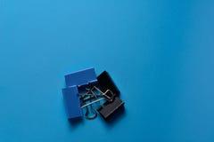 Il raccoglitore blu e nero taglia su fondo blu Fotografia Stock Libera da Diritti