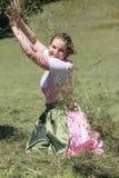 Il raccolto del fieno è bello e fa il divertimento Fotografie Stock Libere da Diritti